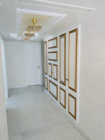 Χωνευτή-ντουλάπα---λευκή-λάκα-με-χρυσό-κορδονι.jpg